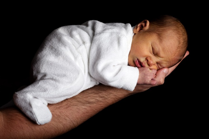 newborn-baby-on-an-arm